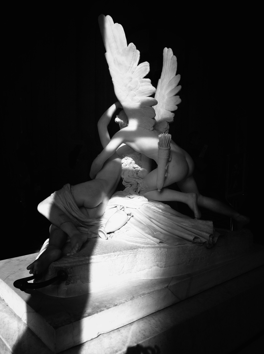 loeky-firet-Psyche-revided-by-cupid-kiss-antonio-canova-louvre-museum-paris-photography-black-and-white-eveil
